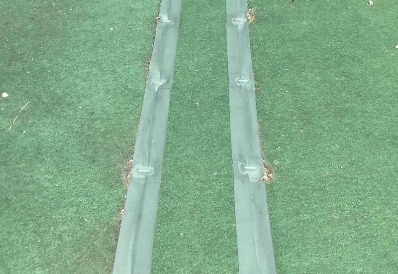 防草シートの重ね部分をテープで止める