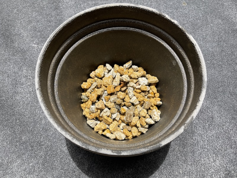 芝桜(シバザクラ)を植え付けるプランター(鉢植え)に鉢底石を入れる